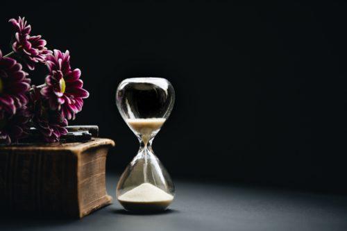 砂時計と花