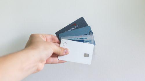 カードを手に持っている画像