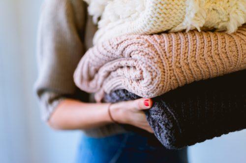 洗濯物を持つ女性の手の画像