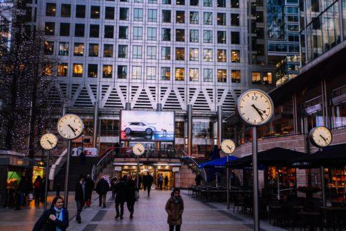 ビジネス街と時計